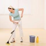 De dweilende vloer van de vrouw met reinigingsmachine Stock Fotografie