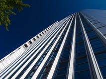 De dynamische bedrijfsbouw in Frankfurt, Duitsland Royalty-vrije Stock Foto's