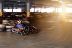 De dynamische karting concurrentie bij snelheid met onscherpe motie op een uitgeruste renbaan royalty-vrije stock afbeeldingen