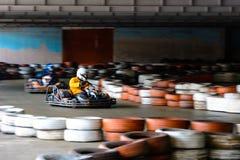 De dynamische karting concurrentie bij snelheid met onscherpe motie op een uitgeruste renbaan stock afbeelding