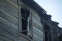De dystra följderna av branden av ett bostads- Arkivbild