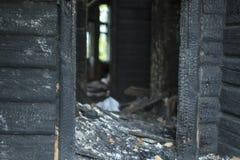 De dystra följderna av branden av ett bostads- trähus Arkivbilder