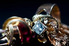 De echte gouden juwelen met gemmen sluiten omhoog macro royalty-vrije stock foto