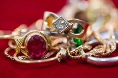 De echte gouden ringen met diamanten, gemmen, ketenen dicht omhoog geschoten royalty-vrije stock foto