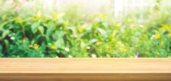 De echte houten textuur van de lijstbovenkant op de tuinachtergrond van de bladboom royalty-vrije stock foto