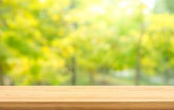 De echte houten textuur van de lijstbovenkant op de tuinachtergrond van de bladboom Voor creeer productvertoning of ontwerp zeer  stock afbeelding