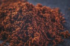 De echte natuurlijke grond brouwde koffie met deeltjes in poeder op een donkere achtergrond, close-up royalty-vrije stock foto