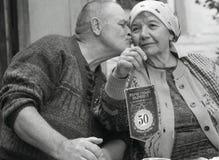 De echtgenoot en de vrouw binnen het team vieren de verjaardag van het gezamenlijk leven van 50 jaar royalty-vrije stock foto's