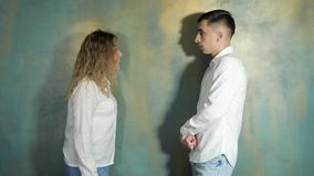De echtgenoot en de vrouw debatteren en schreeuwen elkaar stock video