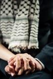 De echtgenoot houdt de hand van de vrouw Royalty-vrije Stock Afbeeldingen