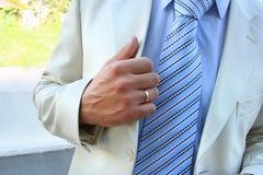 De echtgenoot houdt het jasje stock fotografie