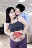 De echtgenoot kust zijn vrouw met hartsymbool Royalty-vrije Stock Foto
