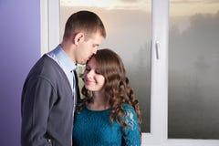 De echtgenoot kust zijn zwangere vrouw stock fotografie