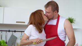 De echtgenoot met de vrouw kookt een smakelijk ontbijt in keuken Al die familie in keuken wordt geassembleerd Een gelukkige hecht stock footage