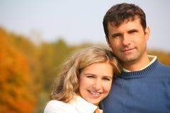 De echtgenoot omhelst vrouw in de herfstpark Royalty-vrije Stock Foto's