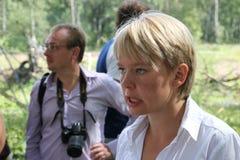 De ecologist Eugene Chirikov geeft gesprekken aan journalisten stock fotografie
