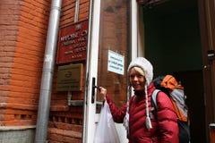 De ecologist Evgenia Chirikova met de dingen trof voor arrestatie op een ingang voorbereidingen aan het gerechtsgebouw Royalty-vrije Stock Foto's