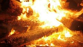 De een brandwoede brandden bijna aan de grond stock video