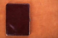 19de een eeuw oude leerportefeuille op achtergrond Royalty-vrije Stock Afbeeldingen