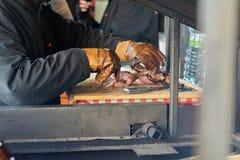 De een mensenkarbonades rookten ham op de straat in Praag Traditionele Tsjechische keuken stock fotografie