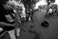 De een Saxofoonspelers onderhouden langs passers Royalty-vrije Stock Fotografie