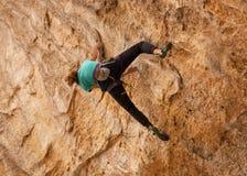 De een tienergrepen de randen van de kalksteenvorming als de Kathedraal wordt bekend hollen binnen Zuidelijk Utah dat uit terwijl royalty-vrije stock foto
