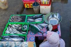 De een visverkopers in jimbaran Bali vissen markt Hij verkoopt diverse soorten verse vissen die net caughta zijn geweest de Mosli stock afbeeldingen