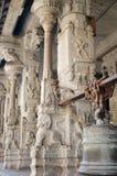 De een weinig nieuwsgierige aap piept uit van achter de kolommen van een oude Indische tempel royalty-vrije stock foto