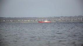 De eend duikt op de achtergrond van het schip stock footage