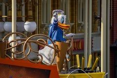 De eend van Donald in de parade van de de Verrassingsviering van Mickey en van Minnie in Walt Disney World 2 stock fotografie
