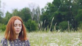 De eenheid met aard, jonge vrouw zit met gesloten ogen die, binnenvrede mediteren stock videobeelden
