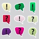 De eenvoudige kleur spreekt bellen met symbolenpictogrammen Stock Afbeeldingen
