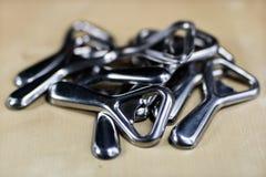 De eenvoudige opener van de metaalplaat op countertop in het restaurant Een zilveren en glanzende flesopener Royalty-vrije Stock Fotografie