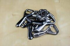 De eenvoudige opener van de metaalplaat op countertop in het restaurant Een zilveren en glanzende flesopener Stock Fotografie