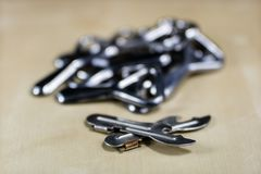 De eenvoudige opener van de metaalplaat op countertop in het restaurant Een zilveren en glanzende flesopener Stock Afbeeldingen