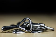 De eenvoudige opener van de metaalplaat op countertop in het restaurant Een zilveren en glanzende flesopener Royalty-vrije Stock Afbeeldingen