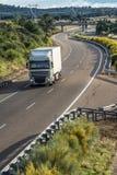 De eenzaamheid van wegvervoer tijdens een Zaterdag stock foto's