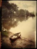 De eenzame boot op een platteland stock afbeelding