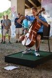 De eenzame Cellist presteert onderaan het Viaduct van Atlanta in Kunstendemonstratie royalty-vrije stock foto