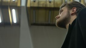 De eenzame man wacht op iemand in een metro stock footage