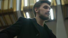 De eenzame man wacht op iemand in een metro stock video
