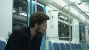 De eenzame man zit in een metrowagen stock videobeelden
