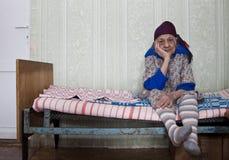 De eenzame oude vrouw is droevig Stock Foto
