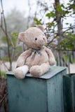 De eenzame pluche draagt zittend op een roestige blauwe brievenbus Royalty-vrije Stock Afbeelding