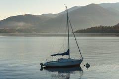 De eenzame varende die boot blijft bij Como-meer, Italië wordt vastgelegd stock fotografie