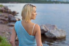 De eenzame vrouw in een mooi gebreid jasje De mooie vrouw op gang Modieuze kleren Zaken Dame #37 Exclusieve handicr Stock Afbeeldingen