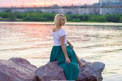 De eenzame vrouw in een mooi gebreid jasje De mooie vrouw op gang Modieuze kleren Zaken Dame #37 Exclusieve handicr Stock Foto