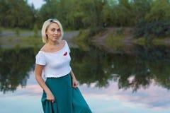 De eenzame vrouw in een mooi gebreid jasje De mooie vrouw op gang Modieuze kleren Zaken Dame #37 Exclusieve handicr Royalty-vrije Stock Afbeeldingen