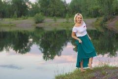 De eenzame vrouw in een mooi gebreid jasje De mooie vrouw op gang Modieuze kleren Zaken Dame #37 Exclusieve handicr Stock Afbeelding