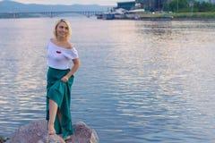 De eenzame vrouw in een mooi gebreid jasje De mooie vrouw op gang Modieuze kleren Zaken Dame #37 Exclusieve handicr Stock Foto's